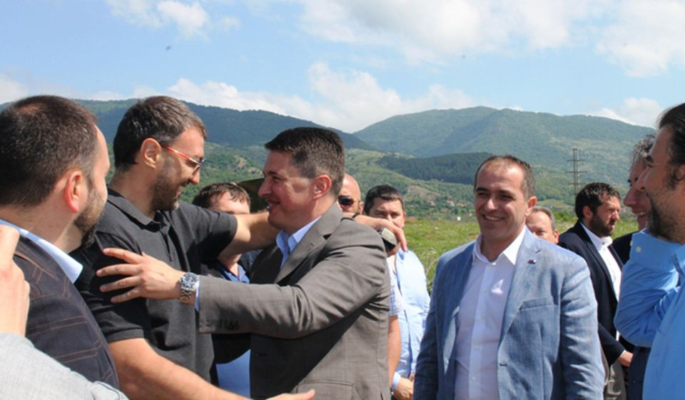 Darodavac: Vlada Mandić (levo) sa državnim sekretarom Draganom Stevanovićem na početku izgradnje saobraćajnica u Slobodnoj zoni Vranje pre dve godine. Foto Vranje News