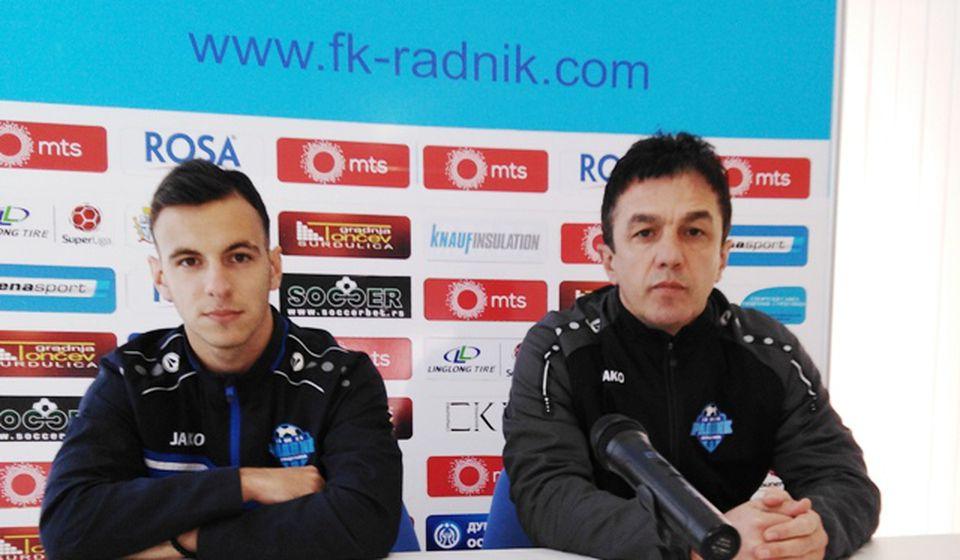 Šef stručnog štaba Simo Krunić i fudbaler Bojan Bojić na konferenciji za medije. Foto D. Mirčev
