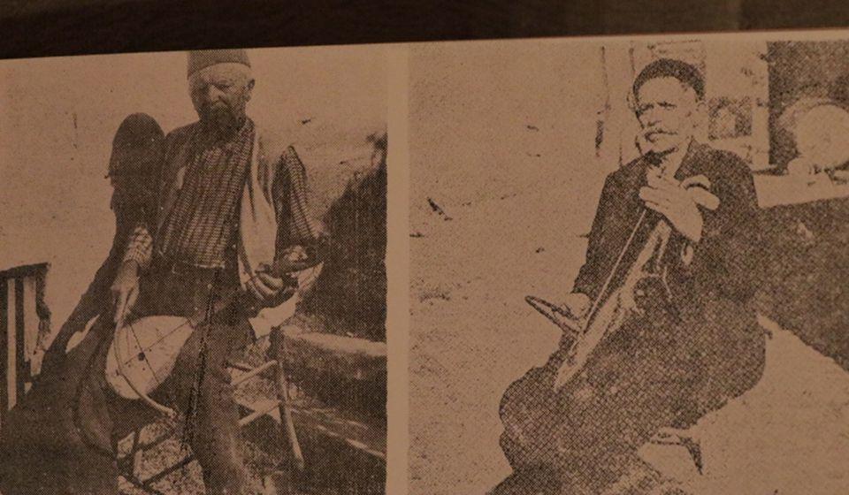 Guslari sa juga Obrad Simonović (1901-1981) iz Glasovika i Vasa Stojković Pinter iz Vranja. Foto printescreen (Narodno pesništvo južne Srbije, 1982)