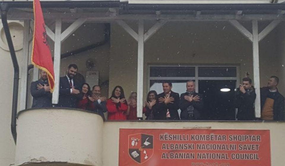 Albanci poziraju novinarima sa terase NSA na Dan zastave: Foto Bujanovačke