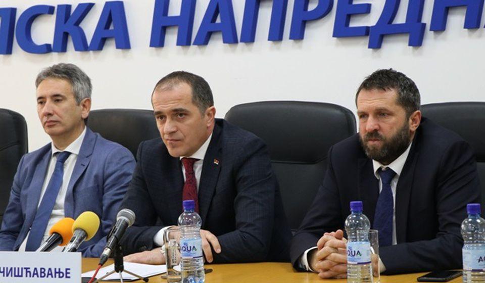 Vrh lokalnog SNS-a: predsednik Slaviša Bulatović (u sredini) i potpredsednici odbora Slobodan Milenković (levo) i Goran Nikolić. Foto VranjeNews