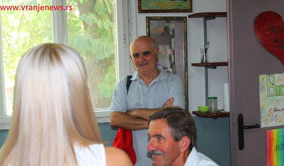 Vranjski slikar Mita Ristić sa kolegama. Foto VranjeNews