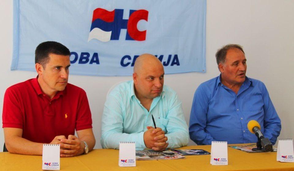 Petrušević (u sredini) u julu prošle godine sa predstavnicima vrha stranke Mirkom Jovićem i generalnim sekretarom Peđom Milosavljevićem, koji je ovih dana takođe napustio NS. Foto Vranje News