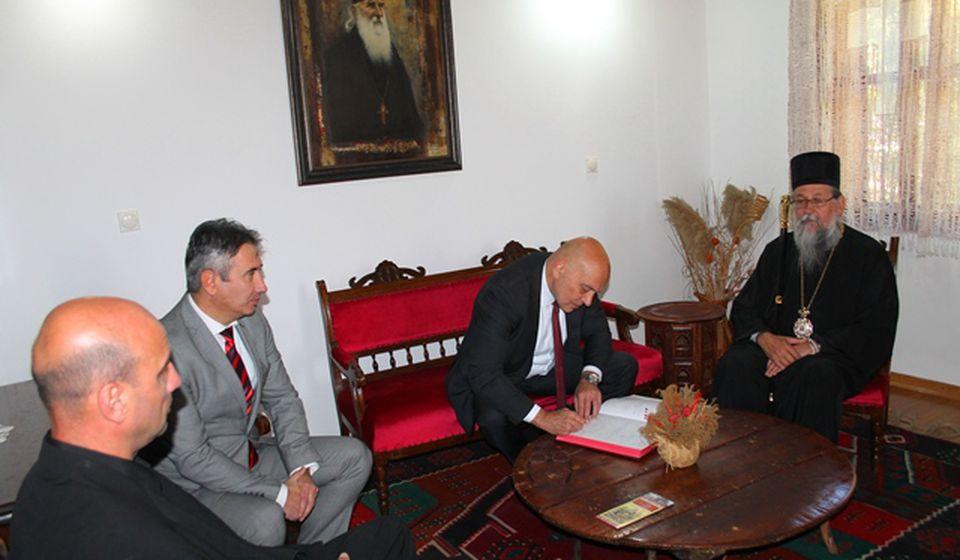 Ministar Vukosavljević se upisuje u knjigu utisaka u rodnoj kući Oca Justina Popovića. Foto VranjeNews