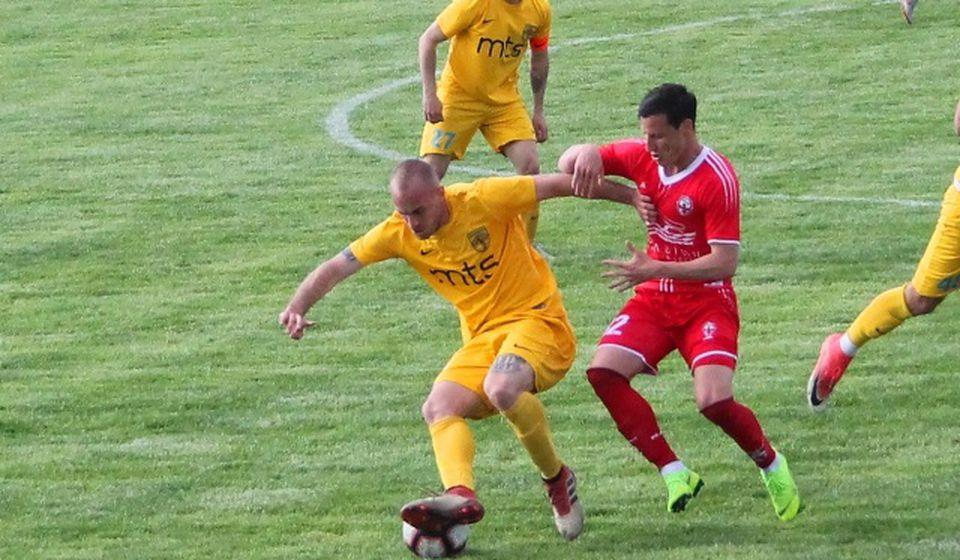 Lefteris Matsukas u duelu sa Srnićem na utakmici Dinamo - Voždovac. Foto VranjeNews