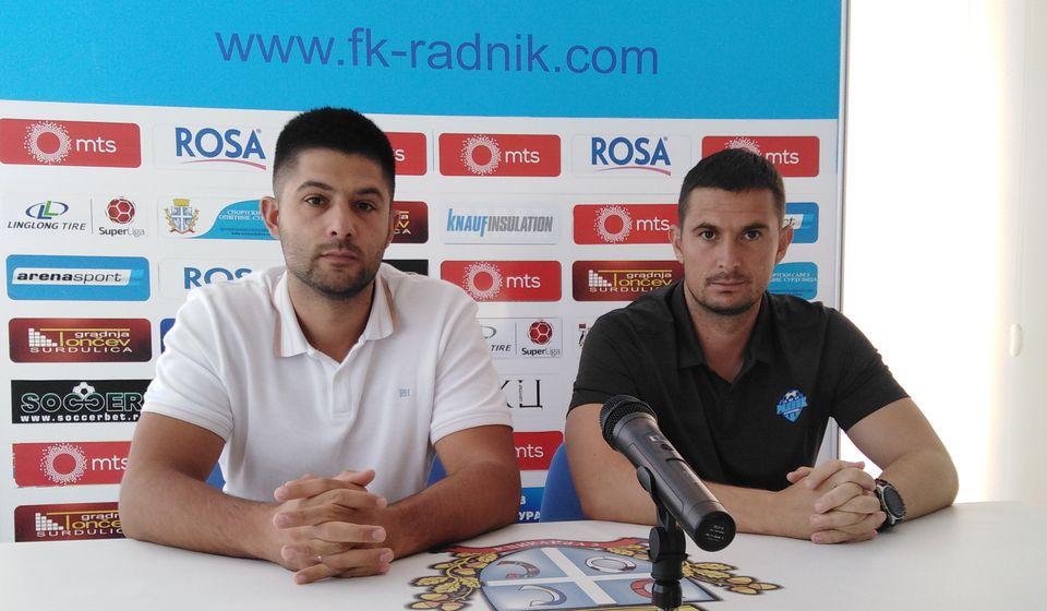 Slavoljub Đorđević (desno) i Darko Gašić pred novinarima. Foto FK Radnik