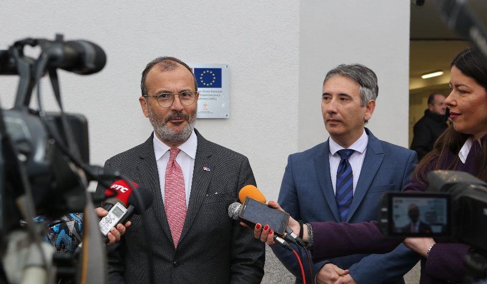 Fabrici i Milenković na improvizovanoj konferenciji za medije nakon obilaska Hirurškog bloka. Foto Grad Vranje