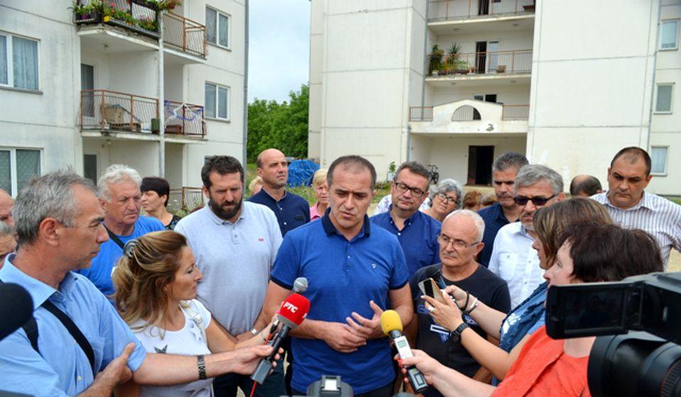 Čelnici SNS-a sa žiteljima čerenca. Foto G. Mitić