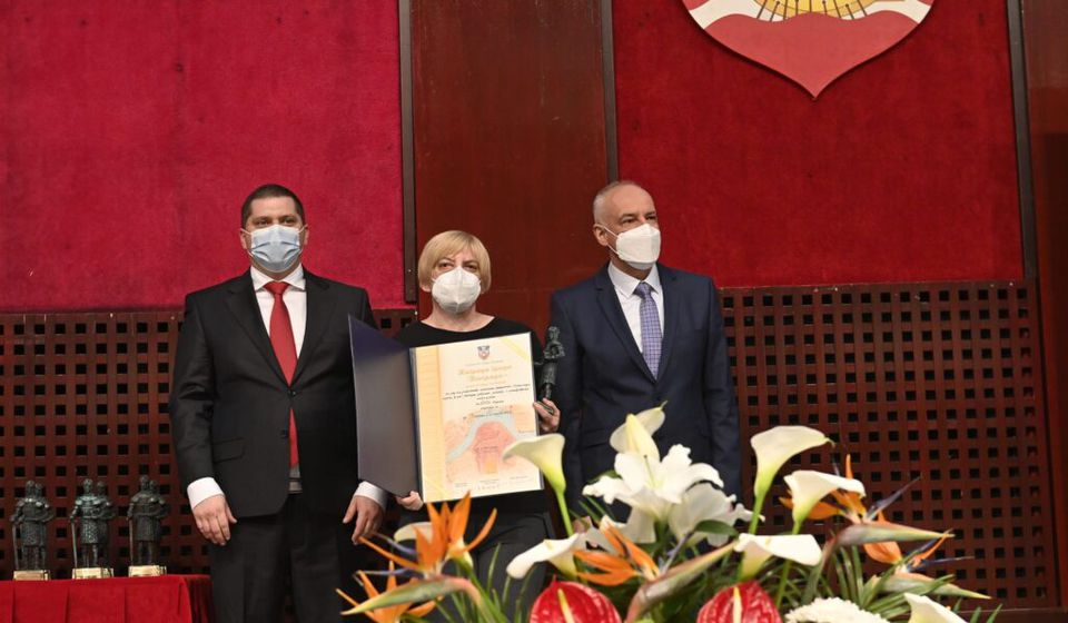 Nagradu su uručili gradonačelnik Beograda prof. dr Zoran Radojčić i predsednik Skupštine grada Nikola Nikodijević. Foto Grad Beograd.