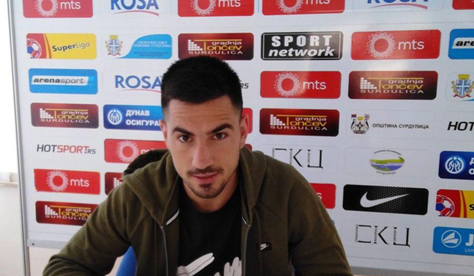 Luka Mićić parafira dvogodišnji ugovor. Foto FK Radnik