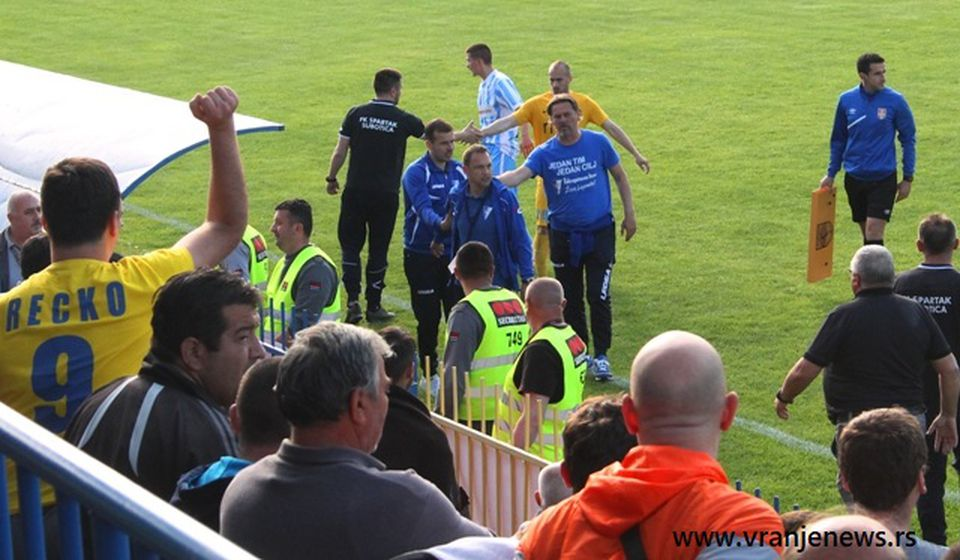 Momenat isključenja trenera Spartaka Predraga Rogana na prošlonedeljnoj utakmici. Foto VranjeNews