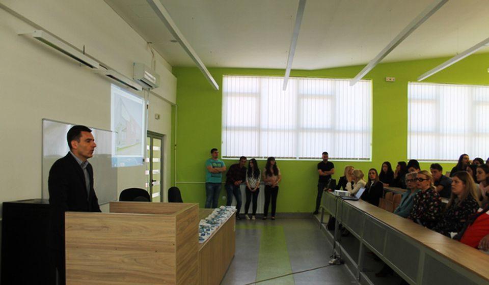 Dekan Aleksandar Grubor sa studentima u Bujanovcu. Foto VranjeNews