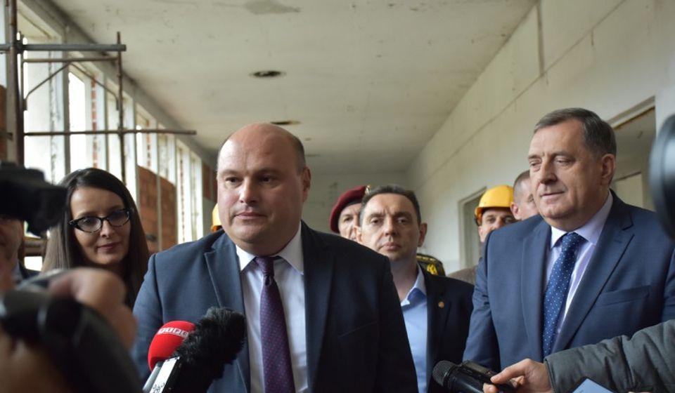 Direktor Jumka Branislav Trajković sa predsednikom Srpske Miloradom Dodikom i ministrom Vulinom. Foto MOD