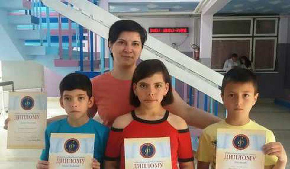 Nagrađeni učenici sa svojom profesorkom. Foto Fejsbuk