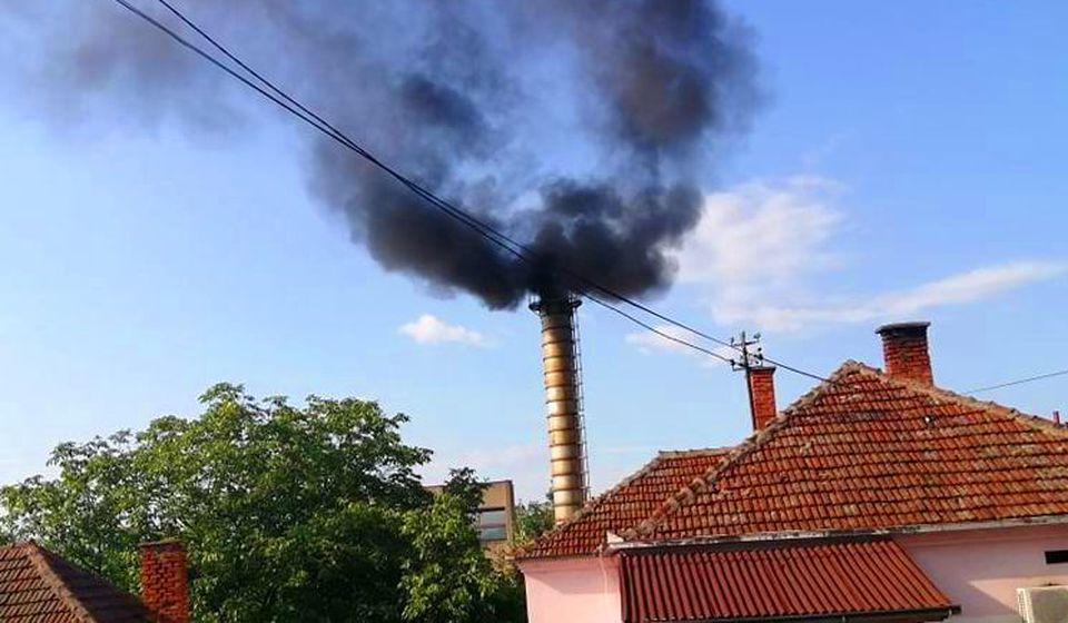 Gust crni dim iz Nectarovog dimnjaka. Foto S. T.