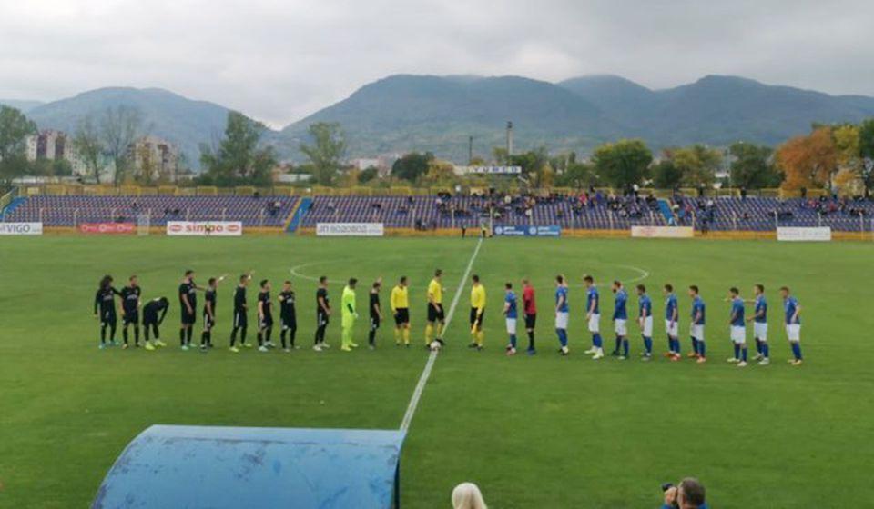 Fudbaleri dve ekipe pozdravljaju malobrojnu publiku na Stadionu Jumko. Foto FK Novi Pazar