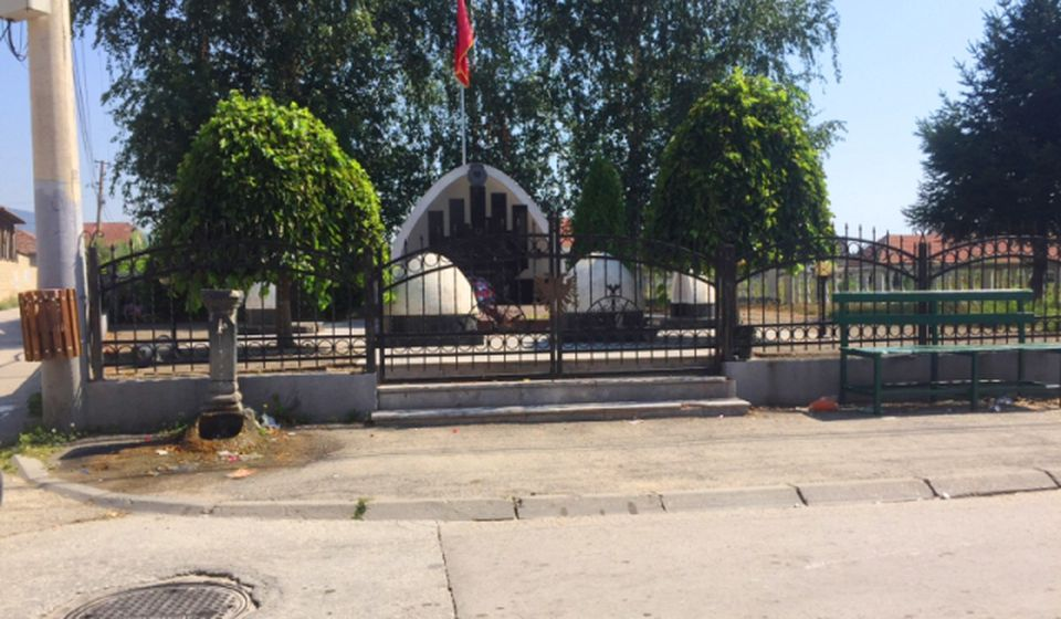 Spomenik Ridvanu Ćazimiju u Velikom Trnovcu. Foto N. Lazić