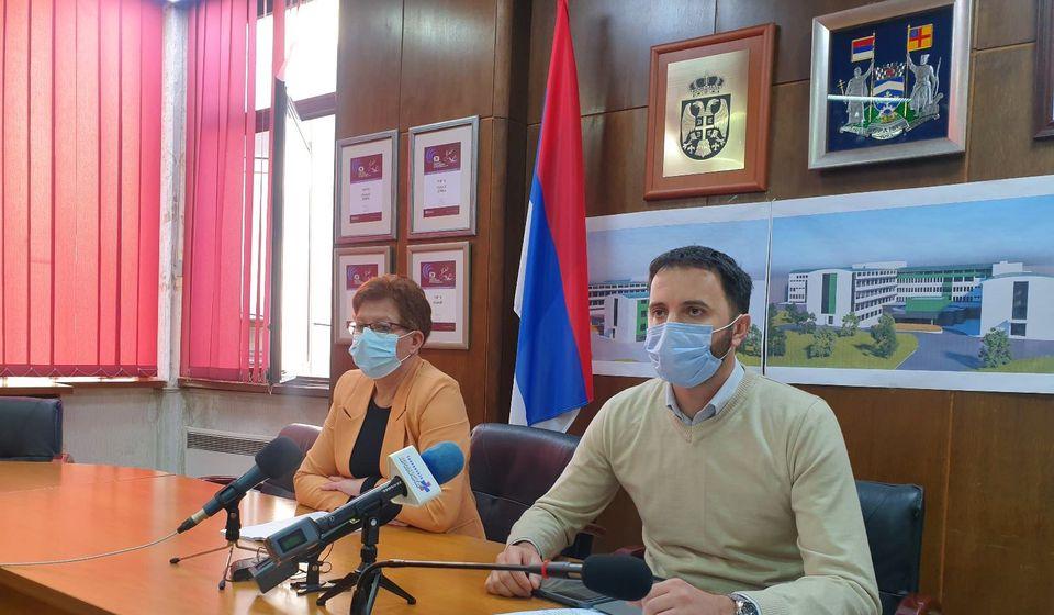 Većnici Bojan Kostić i Danijela Milosavljević pred novinarima. Foto vranje.rs