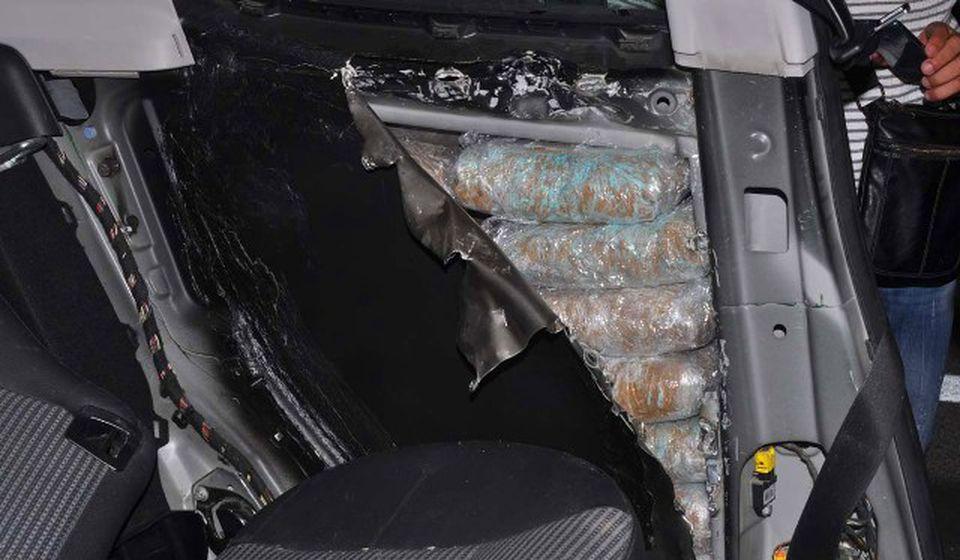 Droga bila u posebno izrađenim bunkerima iznad zadnjih točkova automobila. Foto Uprava carina