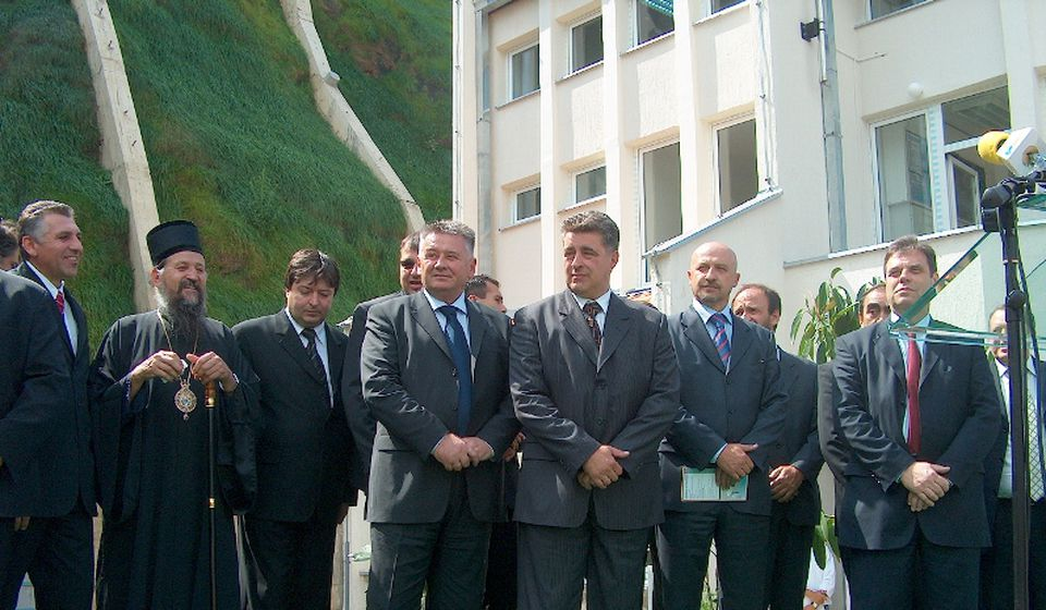 Pahomije sa srpskom i vranjskom političkom elitom predvođenom Vojislavom Koštunicom, na svečanosti povodom puštanja u rad Brane Prvonek u septembru 2005. Foto lična arhiva