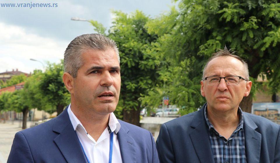 Na jednom biračkom mestu glasač izneo glasački listić, bilo i pokušaja fotografisanja: Dušan Aritonović i Stojan Ilić. Foto Vranje News