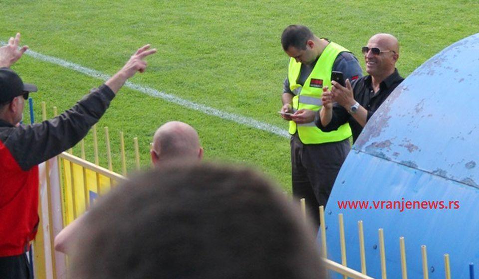 Dragan Antić Recko sa navijačima Dinama. Foto ilustracija Vranje News