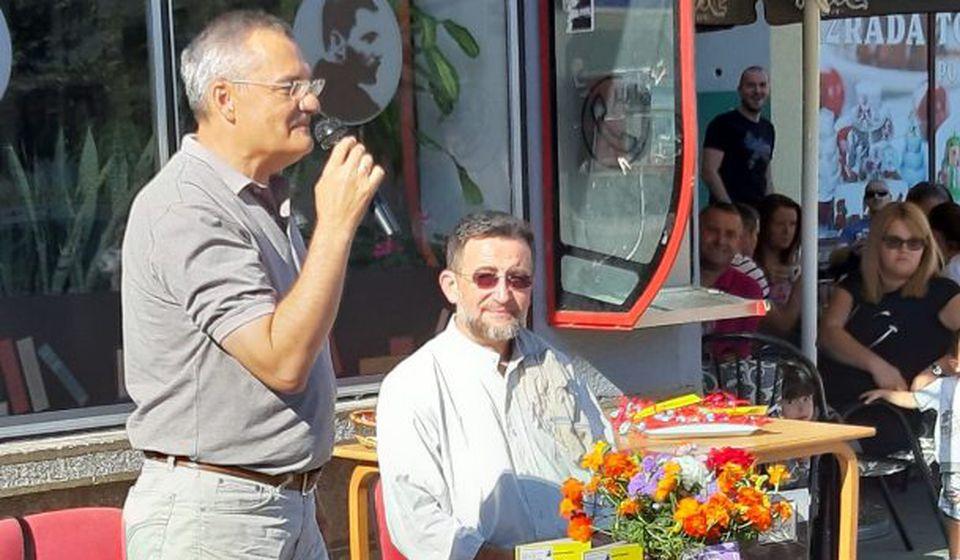Dimitrijević svojim pesmama ulepšao prvacima prvi dan u školi. Foto privatna arhiva