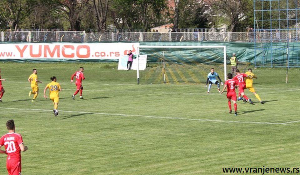 Momenat rušenja Luke Ratkovića nakon koga je sudija dosudio penal za Dinamo. Foto VranjeNews