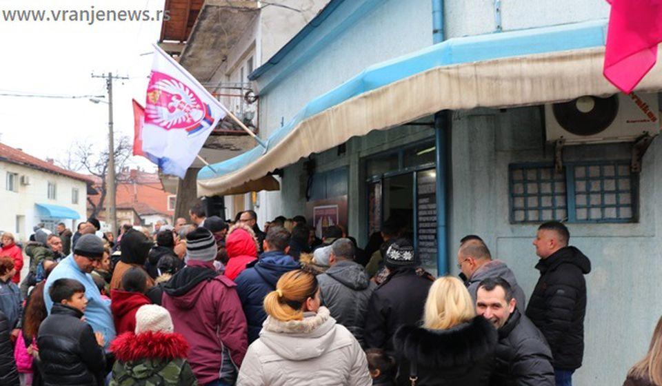 Gužva na podeli paketića. Foto VranjeNews