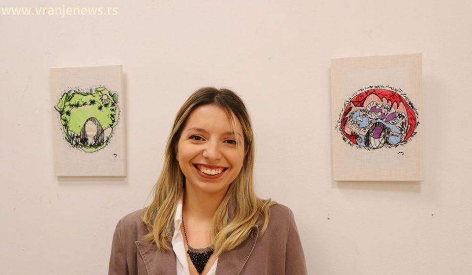 Cveta Šebez na otvaranju samostalne izložbe u Vranju. Foto Vranje News