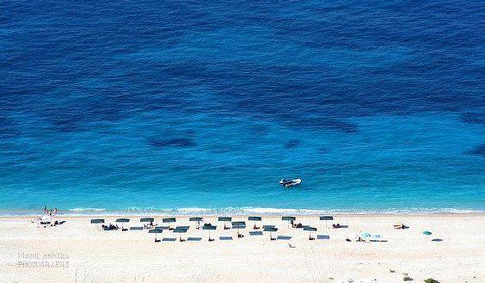 Jedna od plaža u gradu Dermi, u južnoj Albaniji. Foto Fejsbuk - Jal Kamping