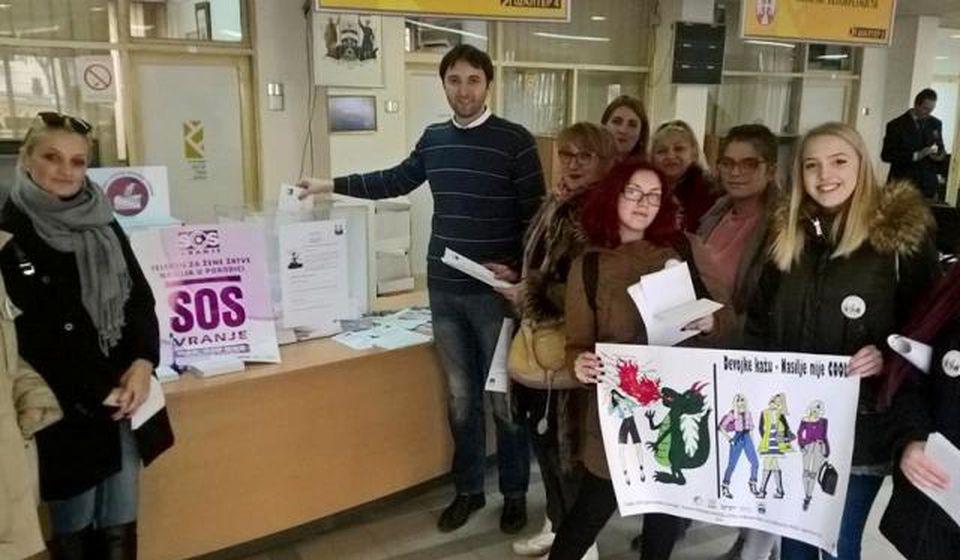 Aktivistkinje SOS telefona sa gradskim većnikom za budžet Bojanom Kostićem. Foto privatna arhiva
