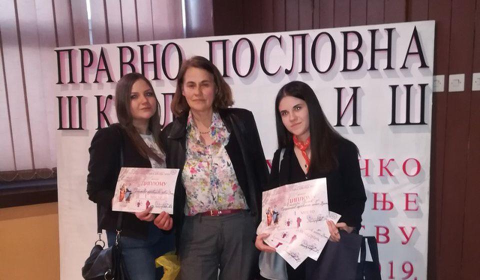 Veliki uspeh za učenice Ekonomske škole u Vranju. Foto VranjeNews