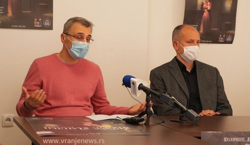 Reditelj Savković i direktor vranjskog pozorišta Nenad Jović pred novinarima. Foto Vranje News