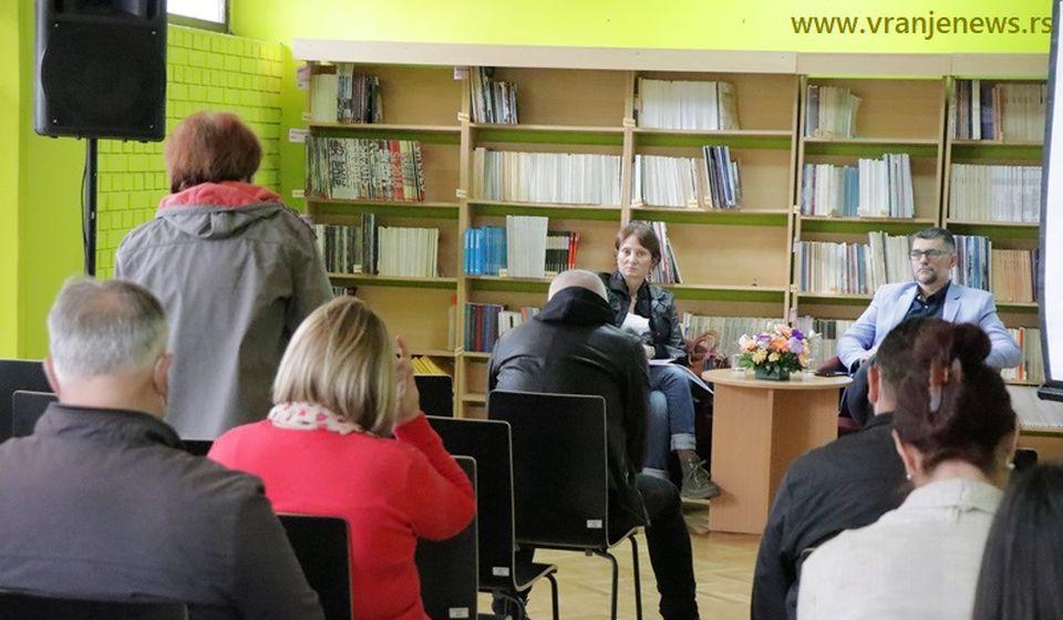 Autor Dejan Vukićević i voditeljka razgovora Dragana Milunović na promociji knjige Non imprimatur ili Cenzura u bibliotekarstvu i izdavaštvu. Foto Vranje News