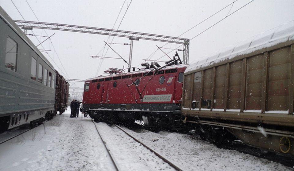 Lokomotiva iskočila iz šina. Foto Slađana Tasić