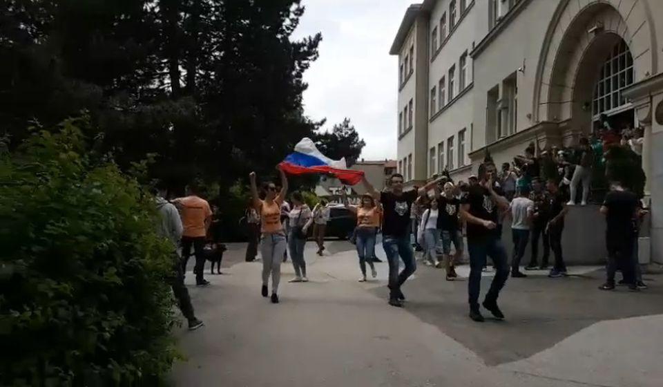 Maturanti iz škole krenuli u šetnju gradom. Foto VranjeNews