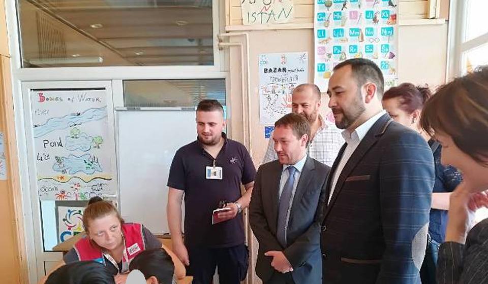 Bizel sa domaćinima u obilasku kreativnog kutka Prihvatnog centra. Foto VranjeNews