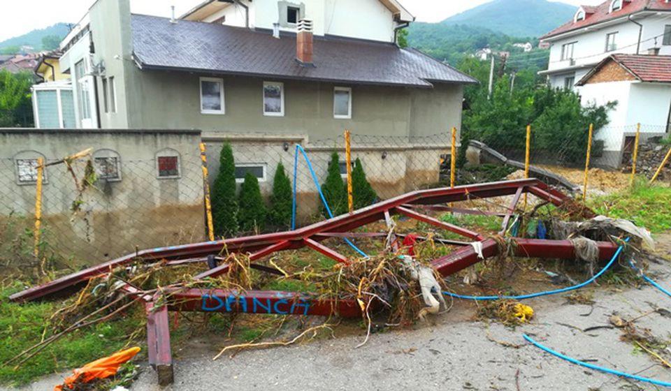 Bagerom iz reke izvađena metalna konstrukcija koja je pretila da sruši most u Niškoj ulici. Foto VranjeNews