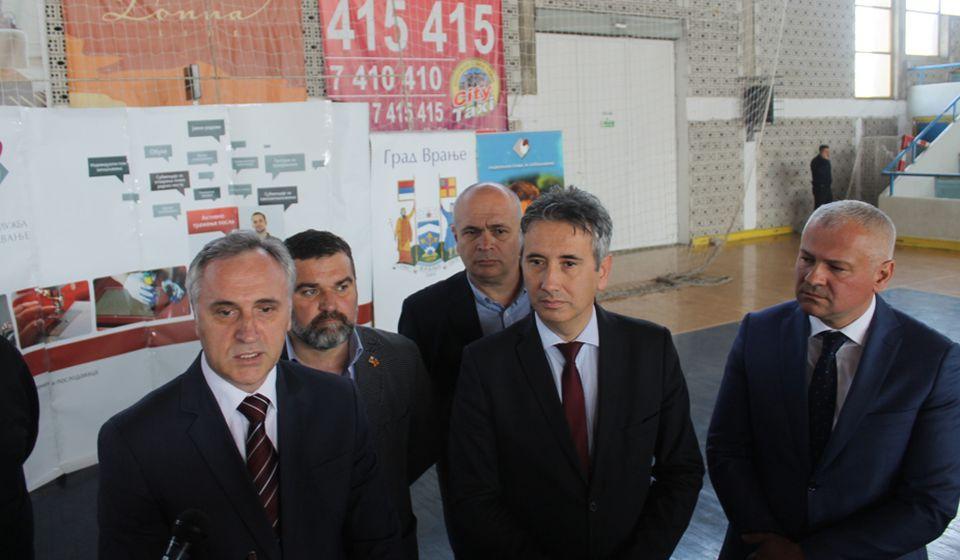 Direktor Centrale NSZ Zoran Martinović sa domaćinima. Foto Grad Vranje