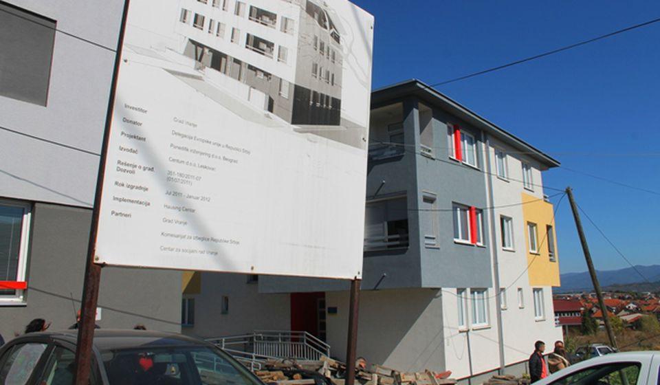 Stanovi za bezbednjake gradiće se u blizini izbegličkih zgarda kod Pete škole. Foto VranjeNews