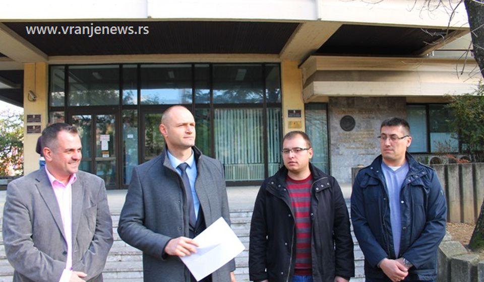 Ristić i Pavlović sa advokatom podneli krivične prijave protiv nekoliko naprednjaka za nasilničko ponašanje, OJT međutim istražuje da li su oni počionioci drugo krivičnog dela. Foto VranjeNews