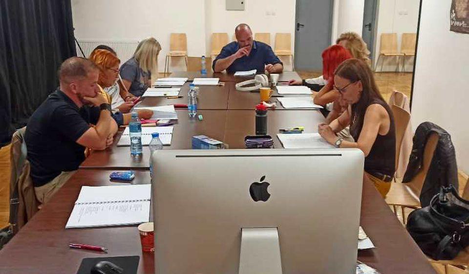 Prva čitajuća proba u okviru rada na predstavi Okamenjeno more. Foto Pozorište Bora Stanković