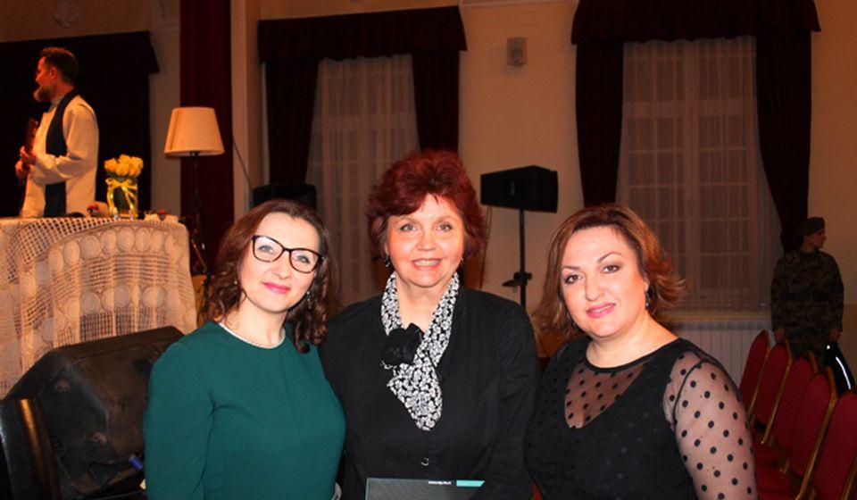 Mirjana Drobac (u sredini) i solistkinje Ivana Tasić (levo) i Biljana Petković poziraju fotoreporteru VranjeNews-a