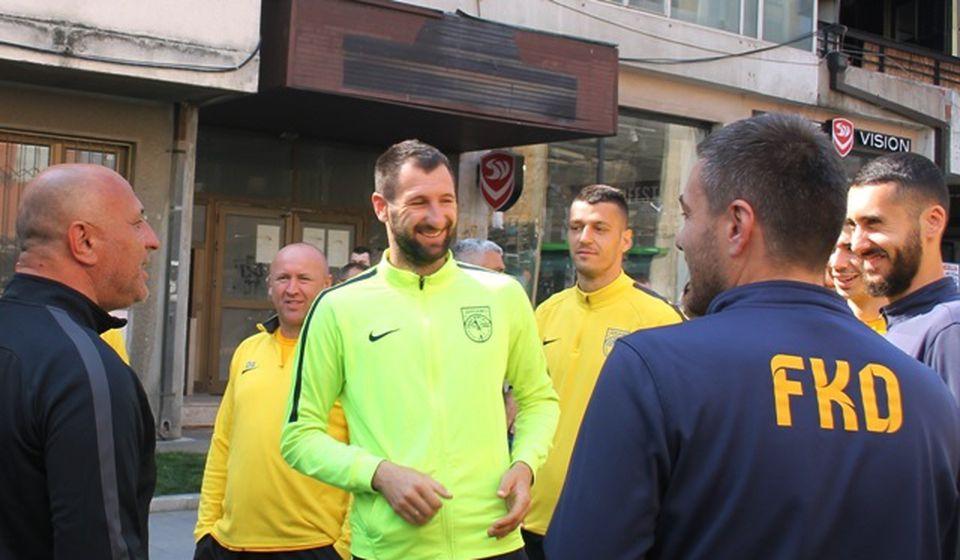 Van terena je uglavnom bila dobra atmosfera: Danijel Gašić (u sredini) sa Antićem i fudbalerima Dinama. Foto VranjeNews