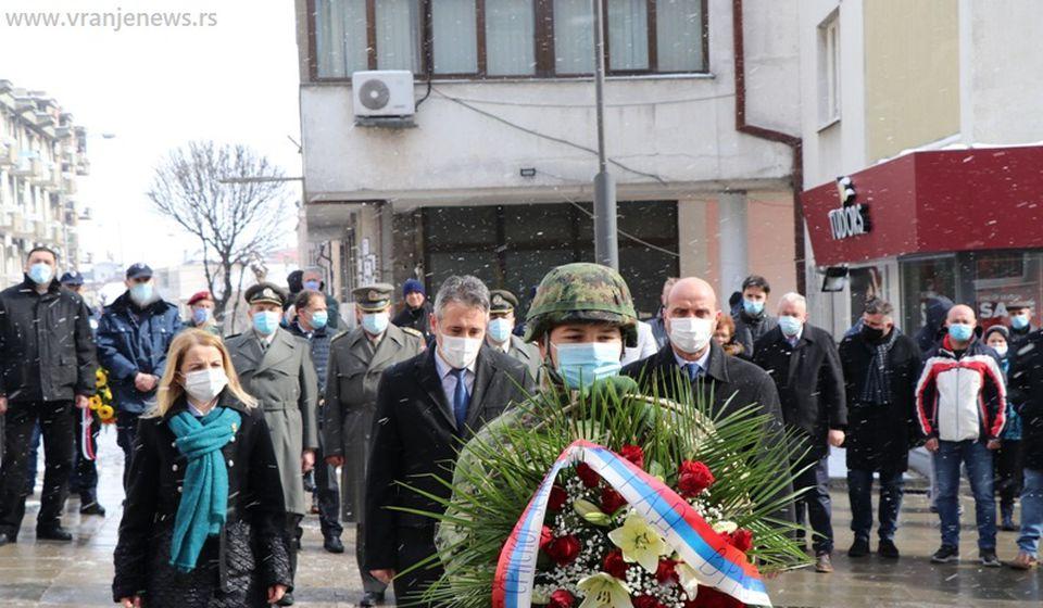 Najuže gradsko rukovodstvo polaže cveće kraj bareljefa Voždu Karađorđu. Foto Vranje News