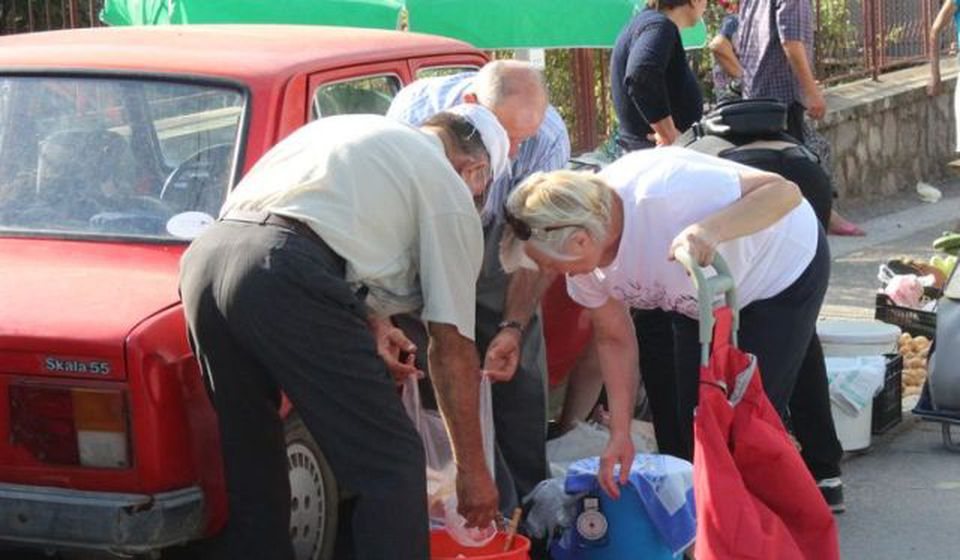 Zabranjena vanpijačna prodaja robe široke potrošnje. Foto Vranje News