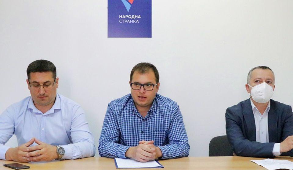 Pavlović, Ristić i Zlatković (s leva na desno) na konferenciji za medije posle saznanja o odbačaju prijave protiv četvorice članova SNS. Foto Vranje News