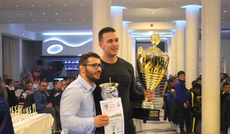 Srpski zlatni olimpijac Davor Štefanek uručio je nagradu za najbolji sportski kolektiv FK Dinamo. Foto VranjeNews