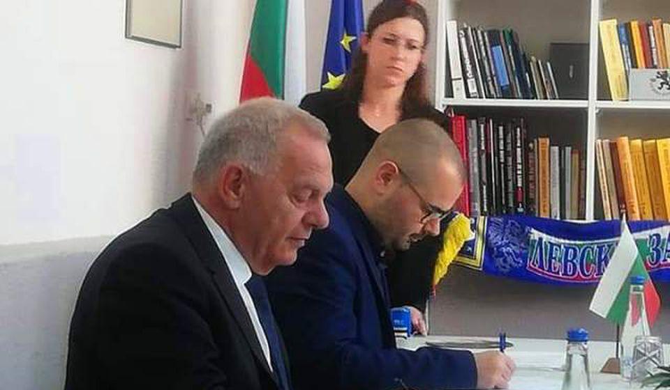 Momenat potpisivanja ugovora: ambasador Vlajkov i predsednik BSC-a Anačkov. Foto BSC